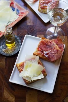 Spanish Tomato Bread with Sherry and Garlic {Pan Con Tomate} Spanish Dinner, Spanish Tapas, Spanish Food, Spanish Recipes, Mexican Tapas, Spanish Cuisine, Tapas Recipes, Wrap Recipes, Cooking Recipes