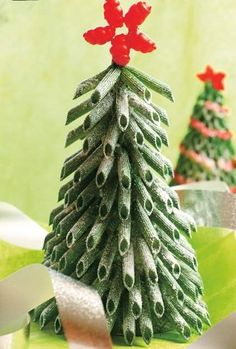 Looking for some fun Christmas crafts for kids? Then try these pasta Christmas ornaments! We will show you how to make Christmas decorations Mini Christmas Tree, Winter Christmas, Christmas Tree Ornaments, Christmas Holidays, Christmas Decorations, Xmas Tree, Christmas Activities, Christmas Crafts For Kids, Christmas Projects