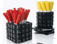 I have so many old keyboards, great idea for the computer geeks in your life. - Chicken Recipes - I have so many old keyboards, great idea for the computer geeks in your life…recycled pencil cup - Keyboard Keys, Computer Keyboard, Computer Tips, Computer Technology, Recycled Crafts, Diy And Crafts, Pencil Cup, Deco Originale, Floppy Disk
