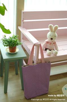 Love this cute tote! Sewing Tutorials, Tote Bag, Simple, Cute, Bags, Handbags, Carry Bag, Kawaii, Taschen