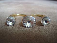 Anel duplo em metal dourado com aplicação de três cristais Swarovski na cor branca.  Ambos os aros são 18 (diâmetro: 1,75cm) R$44,00