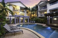 Bay Villas Resort Port Douglas Bay Villas Resort offers spacious studios and apartments just 8 minutes' walk from Port Douglas town centre. Most apartments overlook the resort-style swimming pool and barbecue facilities.