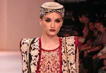 A model looks sizzling hot in designer duo Shyamal and Bhumika Shodhan creation.