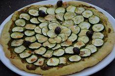 Une pizza originale sans tomate, à mi chemin entre la tarte fine et la pizza... La pâte est vraiment très moelleuse... Ingrédients pour 6 personnes : Pâte à pain : 250 g de farine 1 sachet de levure du boulanger 4 cuill. à soupe d'huile d'olive 2 pincées...