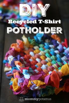 How To Make Potholders From Recycled T-Shirts - Christmas T Shirt - Ideas of Christmas T Shirt - DIY Recycled T-Shirt Potholders Band T Shirts, Old Shirts, Tee Shirt Crafts, Diy Shirt, Diy Tank, T Shirt Bag, Upcycled Crafts, Diy And Crafts, Repurposed