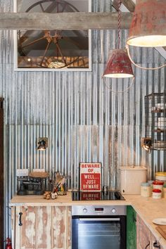 Farmhouse style galvanized metal decor ideas for the bathroom, bedroom, laundry room, kitchen, and more! Clever ideas for using galvanized metal in your farmhouse home! Kitchen Tiles Design, Kitchen Wall Tiles, Painting Kitchen Cabinets, Modern Kitchen Design, Les Elements, Zen, Corrugated Metal, Galvanized Metal, Metal Dining Table