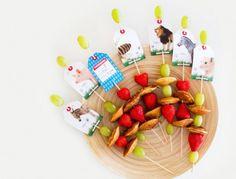 Gezonde traktatie met fruit. Fruitspies voorzien van traktatieklets. Kant en klare labels om je traktaties te pimpen.