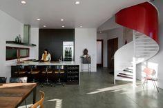 escalier en colimaçon moderne en rouge et blanc