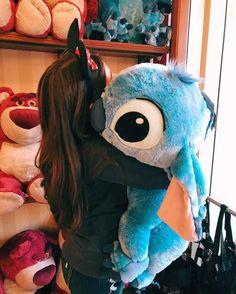 Giant stitch ↠ foto na Disney World Disney, Disney Parks, Ft Tumblr, Tumblr Girls, Disney Dream, Disney Magic, Giant Stitch, Cute Disney Pictures, Lilo Et Stitch
