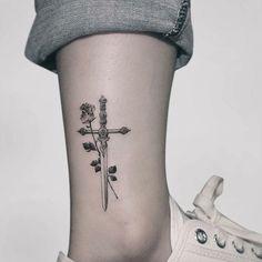 Linhas finas / Fine lines 🌹 Feita pelo Tatuador/ Tattoo Artist: Hand Tattoos, Tattoos 3d, Rose Tattoos, Body Art Tattoos, Sleeve Tattoos, Tatoos, Sword Tattoos For Women, Tattoos For Women Small, Small Tattoos