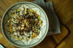 Aprenda a fazer um Arroz com Lentilha e Cebola Caramelizada super criativo para a sua Ceia de Natal! Mjadra ou Mijadra é um delicioso prato de origem árabe.