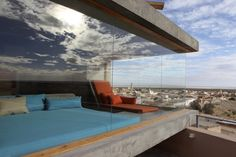 C'est au sud du désert tunisien, à Nefta, qu'est né cet hôtel de charme, fruit d'une collaboration entre deux businessmen français, Philippe Chapelet et Patrick Elouarghi et la célèbre designer Matali Crasset. L'architecture du bâtiment reste fidèle à celle du pays, très cubique, de couleur terre, simple mains impactante.
