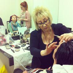 Nuestras maquilladoras maquillando a las modelos #galaSC #look #tendencias