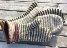 Størrelser: år / år / S / M / L Garn: Uld med løbelængde på ca 400 gram Pind: mm Mittens Pattern, Sweater Knitting Patterns, Knit Mittens, Mitten Gloves, Baby Knitting, Crochet Patterns, Creation Couture, Wrist Warmers, Knitting Accessories