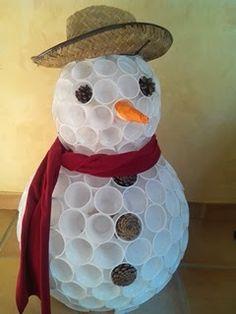 Vous cherchez une idée originale pour créer une déco de Noël? Alliez créativité et écologie en réutilisant des gobelets en plastique.