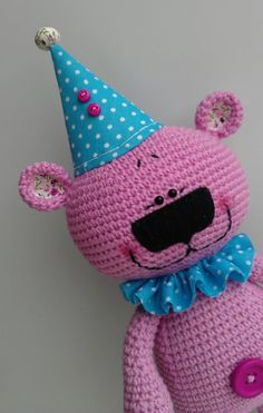 Тем, кто собрался на праздник и не знает, что подарить виновнику торжества, предлагаем связать крючком оригинальную игрушку Мишку-поздравишку.