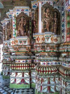 Se passate per Bikaner durante il vostro viaggio in Rajasthan, non perdete una visita al bellissimo tempio jainista della città vecchia. A differenza di altri templi giainisti che sono squisitamente scolpiti, questo è anche dipinto con colori vicaci. 👉 www.susindia.it #india #travel #travelbloggers #tourism #turismo #vacanza #blogger #instatravel #igersindia #picoftheday #viaggi #travelphotography #visitindia #viaggi #viaggiareinindia #mylifeinindia #susindia (ph. Susanna Di Cosimo ©)