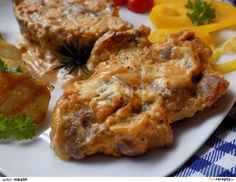 Plátky krkovice lehce naklepeme, osolíme a opepříme. Připravíme směs ze smetany, hořčice, medu a papriky a chilli.Do pekáčku dáme na hrubo...