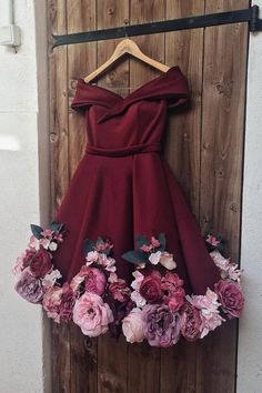 Find Short Prom Dresses For Sweet High School Prom, Graduation or Wedding Party? Come Here to Buy Off Shoulder Appliques Burgundy Homecoming Dresses Short Prom Dresses that speaks to you and your unique personality. Burgundy Homecoming Dresses Short, Mini Prom Dresses, Short Prom, Flower Dresses, Pretty Dresses, Sexy Dresses, Evening Dresses, Short Dresses, Girls Dresses