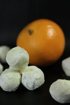 En av årets nyheter :) En mild apelsintryffel gjord på vit choklad med rivet apelsinskal, inte alls så tokig om du frågar mig. Apelsintryf...