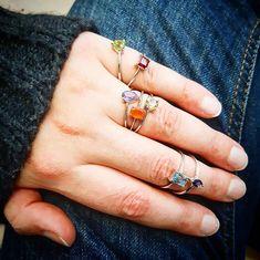 Pourriez-vous reconnaître toutes ces pierres? Les sept bagues appartiennent au même set!  Retrouvez le vite sur www.juwelo.fr  Et comme le Black Friday arrive à grand pas: il y aura sûrement de très bonnes affaires à faire!  #juwelo #pierresprecieuses #gemstones #bagues #rings #argent #silver #mode #tendance #trendy #fashion Comme, Sapphire, Rings, Jewelry, Instagram, Fashion, Ring, Stones, Trending Fashion