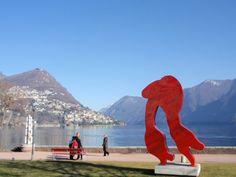 彫刻が飾られているルガーノ湖畔の道(Lungolago Lugano)
