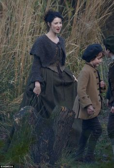 Stage costumes of Outlander series. Scottish outfits of Claire Fraser in Season 1 Outlander Tv Series, Claire Outlander, Diana Gabaldon Outlander Series, Outlander Season 1, Starz Outlander, Claire Fraser, Jamie Fraser, Knitted Capelet, Terry Dresbach
