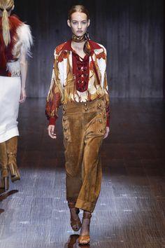 Gucci Spring 2015 RTW – Runway – Vogue. Camisas estampada pantalón de ante. Primavera-verano 2015. Milán fashion week.
