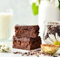Nutritious Snack Tips For Equally Young Ones And Adults Healthy Greek Yogurt Brownies With Chocolate Ganache Are So Fudgy And Delicious That No One Ever Suspects They're Healthy Gluten-Free and Grain-Free Greek Yogurt Brownies, Yogurt Cake, Yogurt Dessert, Easy Sweets, Healthy Desserts, Healthy Recipes, Free Recipes, Healthy Food, Yogurt Recipes