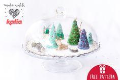 Amigurumi-Muster: eine gehäkelte Miniweihnachtswelt mit Tannen, Baumstämmen und Hirschen