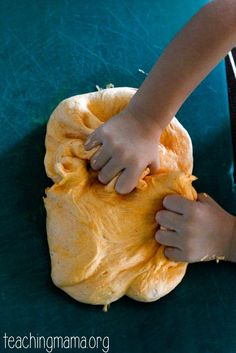 Fluffy pumpkin spice slime is a fun sensory play activity for children. School Age Activities, Art Activities For Kids, Play Activity, Toddler Activities, Playdough Slime, Playdough Activities, Harvest Activities, Autumn Activities, Easy Meals For Kids