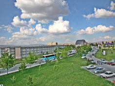 Ülkemizin yüzölçümü bakımından ikinci büyük şehri olan Sivas'ta kurulan Cumhuriyet Üniversitesi, Cumhuriyetin kuruluşunun 50. yılı anısına , 1974 yılında kanunlaşarak 11000 dönüm arazi üzerinde kurulmuştur 1974 yılında Tıp Fakültesi ile eğitime başlayan Cumhuriyet Üniversitesi bünyesinde bugün, 16 Fakülte, 4 Enstitü, 1 devlet konservatuarı, 5 Yüksekokul, 14 Meslek Yüksekokulu ile 45624 öğrenciye hizmet vermektedir.