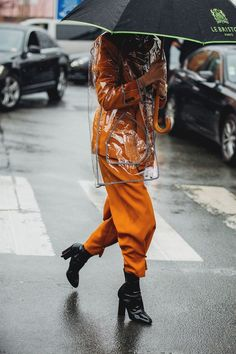 orange suit and black booties on a rainy NY day. Visit Daily Dress Me at dailydr Fashion Week Paris, Paris Street Fashion, Winter Fashion, Street Style Trends, Street Style 2018, Look Fashion, Trendy Fashion, Womens Fashion, Fashion Fashion