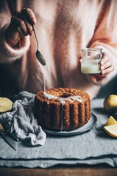 Zucchini cake with pine nuts - Clean Eating Snacks Baking Recipes, Cake Recipes, Dessert Recipes, Desserts, Cake Vegan, Snacks Sains, Cupcakes, Cake Photography, Savoury Cake