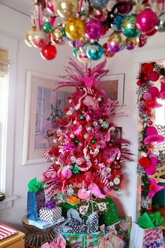 If you have been following this blog for a while, you know I have a thing for flamingos. Christmas flamingos in particular. It might be a pink thing, or a feather thing, but our love grows deeper and stronger every passing year. Last year my collection exploded thanks to The Great Hand-made Flamingo Swap of …