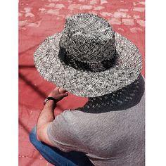 Sombrero para la playa de hombre con caprlina de paja bicolor y decoración  en tela y penca b5d7d0e23ce