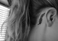 Resultado de imagem para tatuagem de pena na orelha