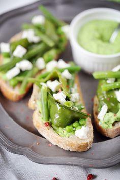 Tartines vertes (feta, fromage blanc, feulles de menthe, petits pois, haricotsverts, pois gourmands, fleur de sel, & piment d'espelette)