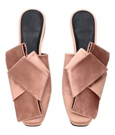 Powder pink. Mules in silk-blend satin with gently squared toes and a large bow decoration at front. Imitation leather lining, imitation leather insoles,