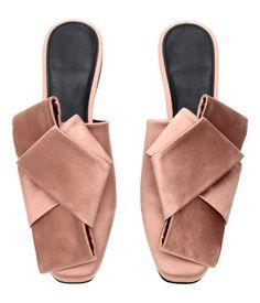 Puderrosa. Slip-in-Sandalen aus Satin mit Seidenanteil. Modell mit leicht eckiger Zehenpartie und einer großen Zierschleife. Futter und Innensohle aus Leder