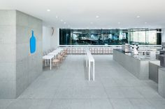 Blue Bottle Coffee Shinagawa Cafe is a minimal cafe located in Tokyo, Japan, designed by Schemata Architects. Furniture Disposal, Eco Furniture, Design Furniture, Classic Furniture, Cafe Interior, Interior And Exterior, Interior Design, Visual Merchandising, Blue Cafe