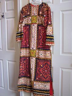 VINTAGE 1960s / 70s Sz. M Tribal Pattern Kaftan / Sheath DRESS. LongSleeve.Quilt
