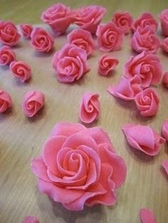 How to Make Roses out of Chocolate Candy Clay. Corn syrup and candy melts! Cake Decorating Techniques, Cake Decorating Tutorials, Cookie Decorating, Decorating Cakes, Fondant Flowers, Sugar Flowers, Candy Flowers, Fondant Bow, Marshmallow Fondant