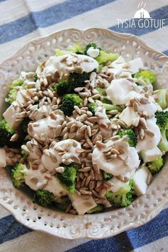 Sałatka z brokułem, fetą i słonecznikiem jest świetną przystawką na każdą imprezę, będzie także smacznym urozmaiceniem zwykłej kolacji w gr... Good Healthy Recipes, Healthy Salads, Veggie Recipes, Healthy Eating, Anti Pasta Salads, Pasta Salad Recipes, Shrimp Ceviche, Feta, Light Recipes