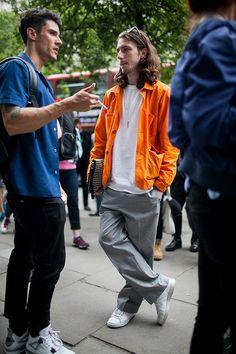 2017-05-14のファッションスナップ。着用アイテム・キーワードはスニーカー, スラックス, バッグ, ブルゾン, 白Tシャツ, Tシャツ,アディダス(adidas)etc. 理想の着こなし・コーディネートがきっとここに。| No:211285