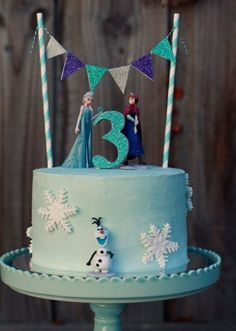 Make your own dazzling Frozen themed cake. This listing will include a set of six figures (plastic) to decorate your cake and keep to play with after (Party Top Birthday) Frozen Cake Decorations, Frozen Theme Cake, Frozen Birthday Cake, Bolo Frozen, Elsa Frozen Cake, Frozen Cupcakes, Frozen Disney, Simple Frozen Cake, Frozen Fondant Cake