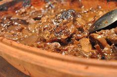 Fyld Römertopfen op med oksefilet / steaks i flødesauce, godt pakket med løg og champignon. Server med bønner og oliestegte kartofler. Et fornemt måltid