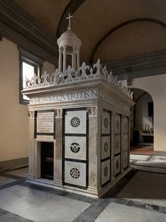 Firenze - Cappella Rucellai - nota anche come Santo Sepolcro - di Alberti - tomba di Giovanni Rucellai http://www.arttrav.com/florence/rucellai-chapel/