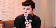 Xoxo imagine the interviewer asking Shawn about you and he does this arghfkdnd