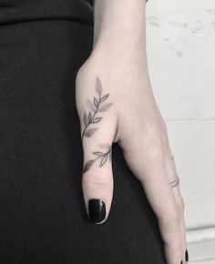 54 Exquisite Tiny Finger Tattoo Ideas of Minimalist Ink For Woman - Tiny finger tattoo for woman, Cut small meaningful finger tattoo female, Unique finger tattoo ideas, Simple Tattoo,Mini Tattoos On F Tattoo Main, 27 Tattoo, Form Tattoo, Shape Tattoo, Piercing Tattoo, Piercings, Tattoo Goo, Unalome Tattoo, Thumb Tattoos